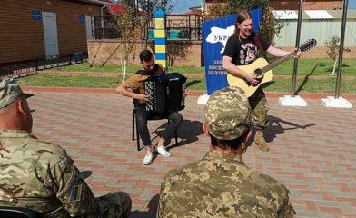 Рок-музыканты приехали на Змеиный – в гости к пограничникам